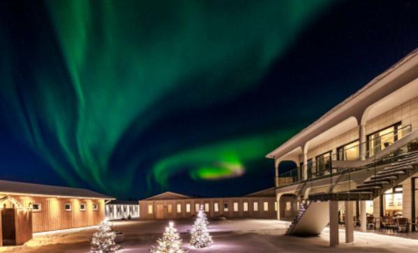 Aurora over Stracta Hotel