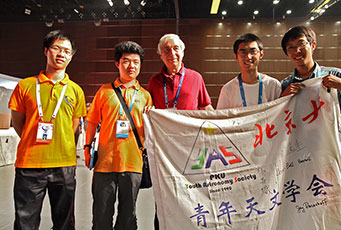 Jay Pasachoff and local Chinese students