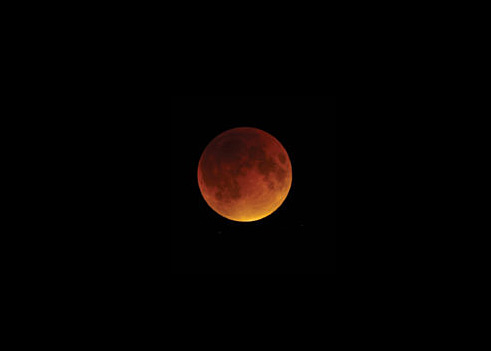 The totally eclipsed Moon on Sept. 27, 2015, high in a dark sky.<br />Sean Walker / S&T