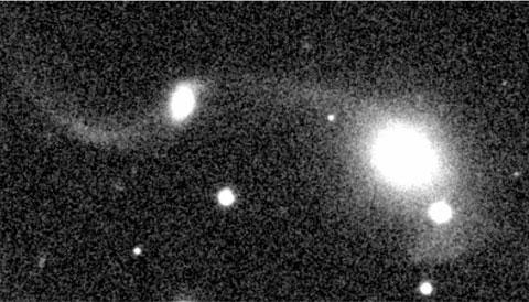 Imagen de un telescopio, muestra una galaxia devorando a otra más chica