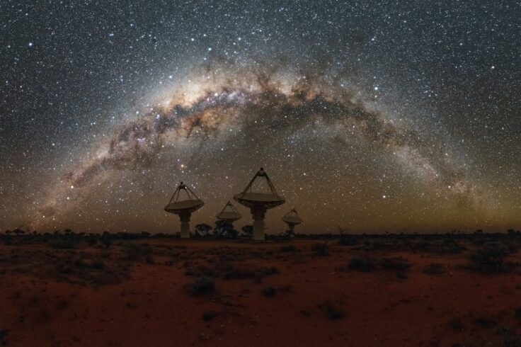 An image of the ASKAP array under the Milky Way