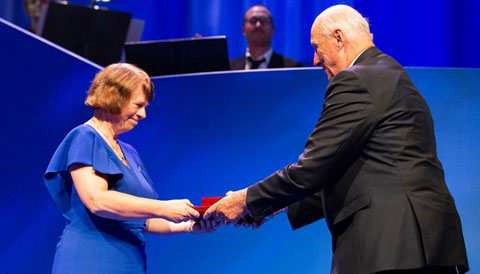 On September 4, 2018, Ewine van Dishoeck received the Kavli Prize medal from His Majesty King Harald V of Norway.