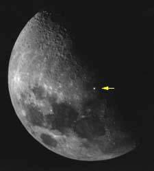 Una stella visibile attraverso la Luna. Sono i Fenomeni Lunari Transitori.